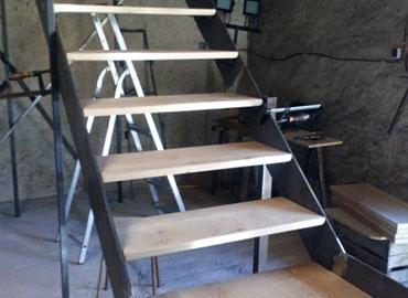 Bel escalier en métal et en bois fabriqué par J-M Godart à Millançay (41)
